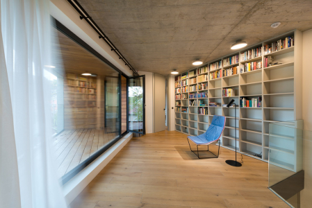 Interiérový minimalismus z nábytku na míru v barvě bílé kávy, šedých pohledových betonů a dubových podlah