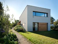 Dům, který se na dotek otvírá majitelům i přírodě – posuvné systémy Schüco umožnily vytvořit prosklený roh