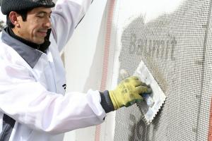 Vytváření výztužné vrstvy vložením sklotextilní síťoviny Baumit KeraTex