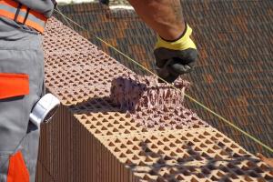 Obr. 7: Způsob nanášení – malta se nanáší strukturovaným systémovým válečkem rovnoměrně do kříže, aby pokryla všechna vnitřní i obvodová žebra ložné plochy cihel a přitom nestékala do otvorů a po jejich obvodu. Maltu HELUZ SIDI lze použít při teplotách od +1 °C. Povrch čerstvě nanesené malty nesmí být vystaven účinkům deště, stejně jako u klasických malt.