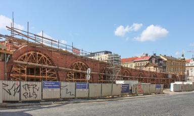 Cihly od Klinker Centra při rekonstrukci Negrelliho viaduktu