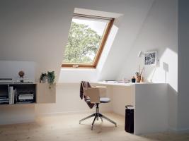 Střešní okno v dřevěném provedení může být nahrazeno bílým, bezúdržbovým