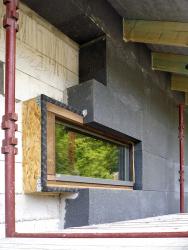 Obr. 5: Osazení okenního otvoru a jeho izolace