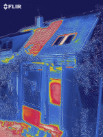 Termosnímek vítězné střechy v horkém létě 2019. Červená a oranžová ukazuje rozpálená místa – část střechy se střešní krytinou a kovové části branky. Naopak v místnosti pod střechou pokrytou vegetací je příjemná teplota