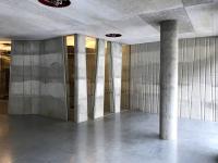 Palác DRN – pruhy bílého a šedého betonu