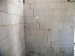Trhliny ve stěnách objektu