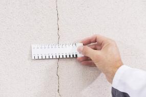 Kontrola fasády, ověření šířky trhliny pomocí kalibrovaného přípravku