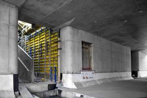 Nová stavba nádraží Hostivař (realizace Metrostav) bude celá realizována za pomoci pohledových betonů. Ty byly zhotoveny pomocí stěnového rámového bednění Framax Xlife, nosníkového velkoplošného bednění TOP 50 a nosníkového stropního bednění Dokaflex. Ke slovu přišly i některé prvky bednění vyrobené na míru pro tento projekt.