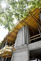 Zvláštní betonové povrchy realizovala společnost Betwork při stavbě bytového domu Komunardů XXXV v pražských Holešovicích. Jasně čitelný je tak rukopis autora projektu Stanislava Fialy, který si rád hraje s možnostmi pohledových betonů, spárořezu a různých vkladů do bednění.
