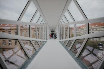 Nová lávka v areálu VŠCHT, foto Metrostav