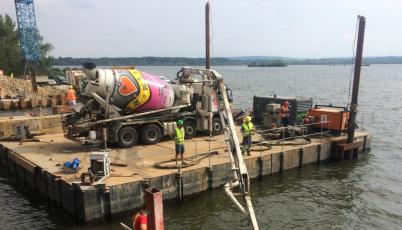 Betonování pod vodou při opravách mostu přes Nové Mlýny