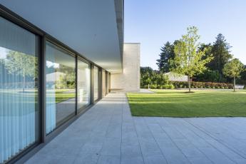 Velkorysá transparentnost v šíři 11 metrů. Samonosný balkón a interiérové závěsy obstarávají stínění před sluncem