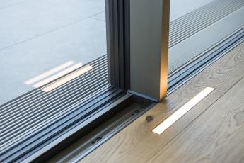 Posuvné systémy Schüco byly instalovány tak, aby byly viditelné jen úzké středové sloupky a vertikální profily. Všechny jednotky jsou opatřeny motorovým pohonem, díky čemuž je jejich otevírání i zavírání snadné.