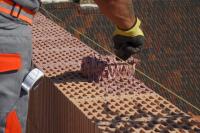 Vlastní nanášení se provádí systémovým strukturovaným válečkem na ložné plochy broušených cihelných bloků HELUZ