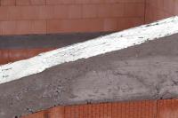 Než začneme pokládat panely, zkontrolujeme světlost nosných stěn a rovinnost koruny nosných stěn. Pokud není dokonale rovná, vyrovná se tepelněizolační maltou. Na vyrovnané zdivo se pak na šířku uložení stropu a ztužujícího věnce pokládá těžký asfaltový pás o tloušťce 3,5 mm