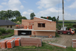 Jedna z prvních těžkých šikmých střech byla realizována na energeticky pasivním domě HELUZ TRIUMF. Její nosnou konstrukci tvoří keramobetonové panely HELUZ, které se ukládají na štítové a vnitřní nosné stěny