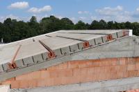 Po uložení panelů se po obvodu střechy vyzdí věncovky, za které se vkládá tepelná izolace. Poté se vyztuží druhá úroveň podélného věnce, realizuje se také výztuž po obvodu střechy