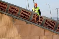 Styčné spáry mezi panely, především jejich keramická část, se důkladně navlhčí, aby beton dobře přilnul