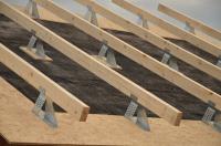 Na zabetonované stropní panely se pokládá hydroizolace ve formě asfaltových pásů, která plní funkci i parozábrany a vzduchotěsné vrstvy (pokud se neprovádějí vnitřní omítky). Na ocelové profily se uloží pomocné krokve, kterými se vymezí prostor pro tepelnou izolaci