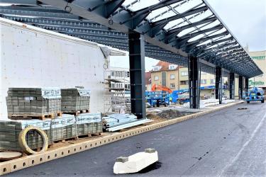 Obrubníkové odvodnění s protiskluzovým povrchem na autobusovém terminálu v Benešově