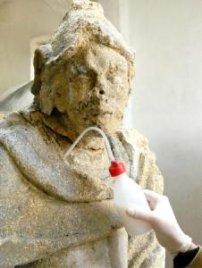Obr. 2: Zpevňování povrchu barokní sochy z litavského vápence nanovápennou suspenzí CaLoSiL E25