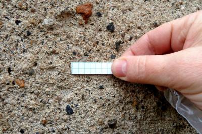 4a: Praktická ukázka peeling testu, kdy se pomocí lepicí pásky kvantifikuje zlepšení soudržnosti částic a zpevnění materiálu v povrchové vrstvě po ošetření nanovápnem