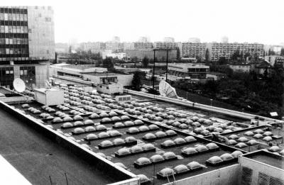 Obr. 32: Oprava plochy mezi světlíky akrylátovou disperzí na televizi v Praze