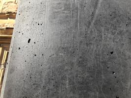 Bednicí deska s texturou, která pro pohledové plochy neměla být použita; pórová struktura po zavlečeném vzduchu při ukládání a následném vibrování nebyla odvedena