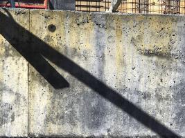 Vedle znečištění plochy probarveného betonu rzí je zde patrné napojení pracovní spáry následnou betonáží
