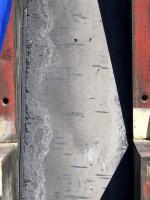 Šikmá plocha (negativní bednicí deska odstraněna), kde se projevila netěsnost v osazené bednicí desce (vlevo) a vyteklo cementové mléko s jemnou složkou kameniva