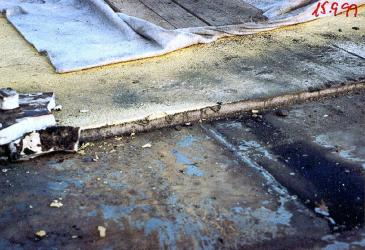 Obr 2: Obrácená střecha v Krči a její rozebírání roku 1999