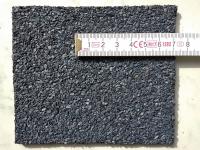 Obr. 4: Příklady povrchové úpravy na horním povrchu asfaltových pásů: hrubozrnný minerální posyp