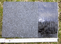 Obr. 6: Asfaltový pás s hrubozrnným posypem a krajním pruhem pro překryv pásů: vzorek pásu