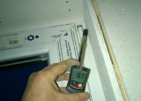 Obr. 2: Měření rychlosti proudění vzduchu anemometrem