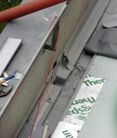 Obr. 9: Práce u zaatikového žlabu a pokládání PVC