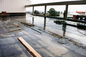 Obr. 13: Nemocnice v Jihlavě. Střecha, kde došlo k odtržení krytiny v roce 2005