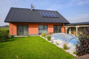 Na střeše tohoto pasivního domu jsou instalovány fotovoltaické panely o výkonu 3,6 kWp (zdroj: Můj dům)