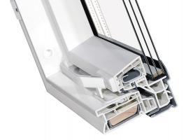 Řez plastovým střešním oknem Fakro PTP-V U4 z vícekomorových PVC bílých profilů zpevněných hliníkovými výztužemi