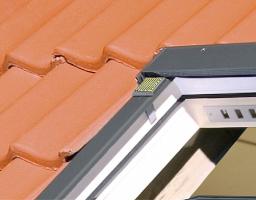 Okno se senzorem deště ZRD – díky bezdrátové technologii Z-Wave (umožňuje komunikaci mezi různými běžnými elektronickými zařízeními v domácnosti a jejich vzdálenou kontrolu a ovládání) – reaguje na změnu povětrnostních podmínek