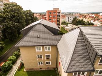 Bytový dům v Písku nyní zdobí nová nízkoprofilová ocelová krytina Ruukki Decorrey Grand