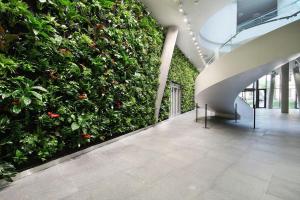 Kooperativa: Velkolepá vertikální zahrada oživila strohost kancelářské budovy