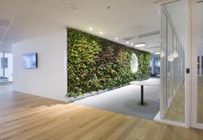 Skanska Corso: Uvnitř budovy společnost Němec instalovala své výjimečné kaskádové vertikální zahrady, jejichž výhodou je jednoduchá instalace, nenáročnost na obsluhu a skvělá cena