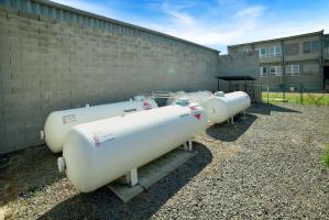 Velikost nádrží je odvislá od požadavků a pohybuje se od 2 do 250 m3. Systém může být nastaven tak, že automaticky vydá signál, pokud hladina kapalného plynu klesne na určitou mez a společnost automaticky zásobník sama doplní