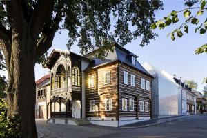Nárožní podstávkový dům je typickou ukázkou staveb Českolipska. Unikátní dřevěné konstrukce byly pomocí historických postupů opraveny, fasády očištěny od polystyrenového zateplení, původní krovy opatřeny nadkrokevní izolací a okna vyměněna za špaletová