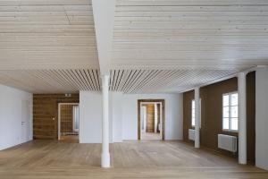 Celý interiér má charakter za sebou řazených komnat. Autoři tak podpořili původní konstrukce, které pracovnímu prostředí vtiskly kouzlo historické stavby i jistého sentimentu