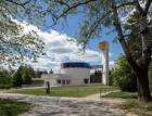 Minimalismus betonu a skla: Kostel uprostřed sídliště v Brně