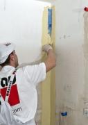 Vrámci realizace hydroizolační vrstvy je nutné nejprve ošetřit namáhaná místa (styk podlah a stěn) Hydroizolační páskou, která je vložená do čerstvé první vrstvy hydroizolačního nátěru Baumit Baumacol Proof