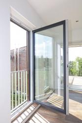 Plastová okna nemusí mít jen tuctovou bílou barvu. Speciálně tvrzená povrchová úprava VEKA SPECTRAL jim dodá elegantní barevný vzhled (zdroj: VEKA)