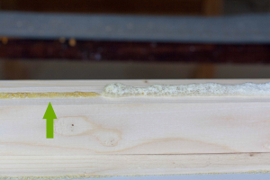 Počkejte asi 10–15 vteřin, dokud se lepidlo nepromění na tenký film medové barvy.