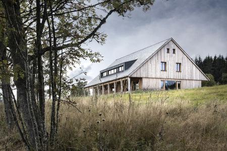 Dřevostavbu tvoří systém z velkoformátových komponentů vyráběných z křížem vrstveného masivního dřeva